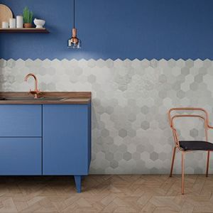 Kleine grijze honinggraat tegels als spatwand. Want hexagon wandtegels passen als spatwand in de keuken of badkamer.
