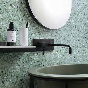 Groene granito tegels in de badkamer als wandtegel in de douche of spatwand.