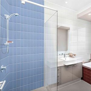 Badkamer met metrotegels die verticaal geplaatst zijn in combinatie blauw wit.