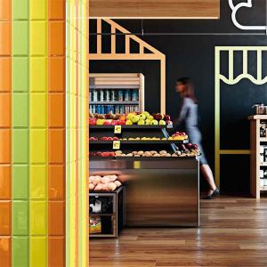 Metrotegels verticaal geplaatst met verschillende kleuren in de mix. fel geel, groen en orange.