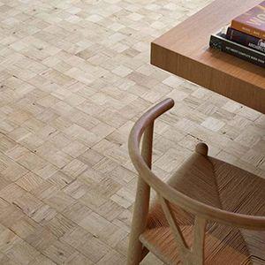 vierkante houtstrips voor vloer en wand.
