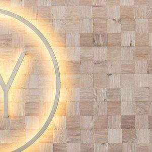 Vierkante houten wandtegels die zowel op de wand als vloer kunnen worden geplaatst