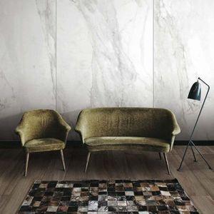 Carrara marmer look tegels in de woonkamer.