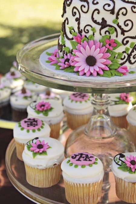 How To Add Personal Flair To Your Wedding Cake
