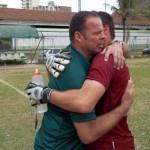 Zé Luís e Victor Hugo: treinador e goleiro num abraço emocionado depois do jogo