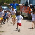 Corridas entre as crianças: foram 4 faixas diferentes de idade correndo bastante