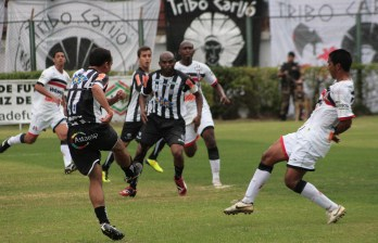 O pós-jogo no Santa Cruz: zagueiro diz que barulho da torcida do Tupi foi decisivo no lance do gol