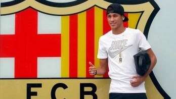 """Neymar é apresentado, """"arranha"""" o catalão e é ovacionado no Camp Nou"""