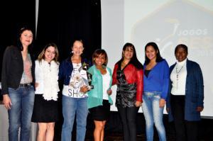 Campeã feminina BD recebe troféu das campeãs da categoria em 2012 (Imbel)