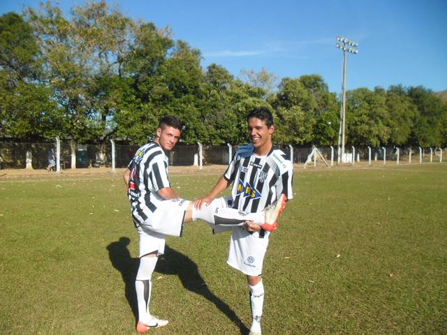 Sérgio Portugal (esq.) e Tiago Ewald no aquecimento antes da partida de estreia. (Foto: Divulgação)