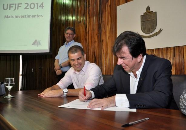 Reitor Henrique Duque  assina protocolos de contratos para início das obras (Foto: Alexandre Dornelas)
