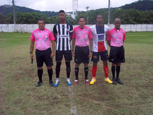 Arbitragem e capitães das equipes finalistas da Copa Integração sub 20 momentos antes do início da partida. (Foto: Assessoria)