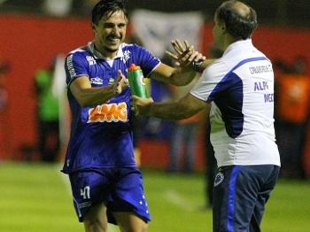 Willian marcou o primeiro gol e comemorou com o técnico Marcelo Oliveira