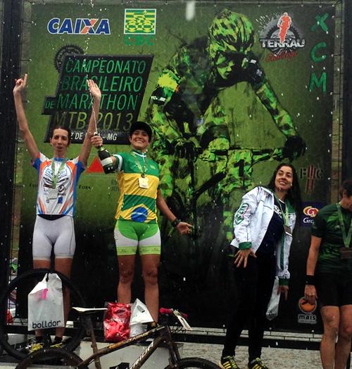 Érika Gramiscelli comemora mais um título de campeonato nacional de mountain bike. (Foto: CBC/Dvulgação)