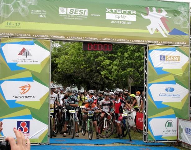 Atletas na largada da etapa de mountain bike. (Foto: Toque de Bola)