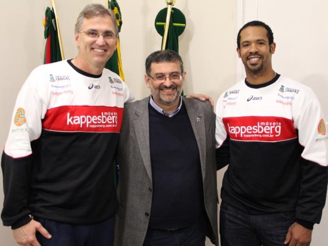 O diretor executivo Paulão e o prefeito de Canoas, Jairo Jorge na apresentação do ponteiro cubano Angel Dennis. (Foto: Fernando Potrick/ Kappesberg Canoas)