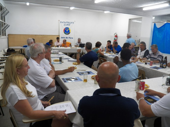 Van Gasse respondeu a perguntas dos panathletas presentes no evento