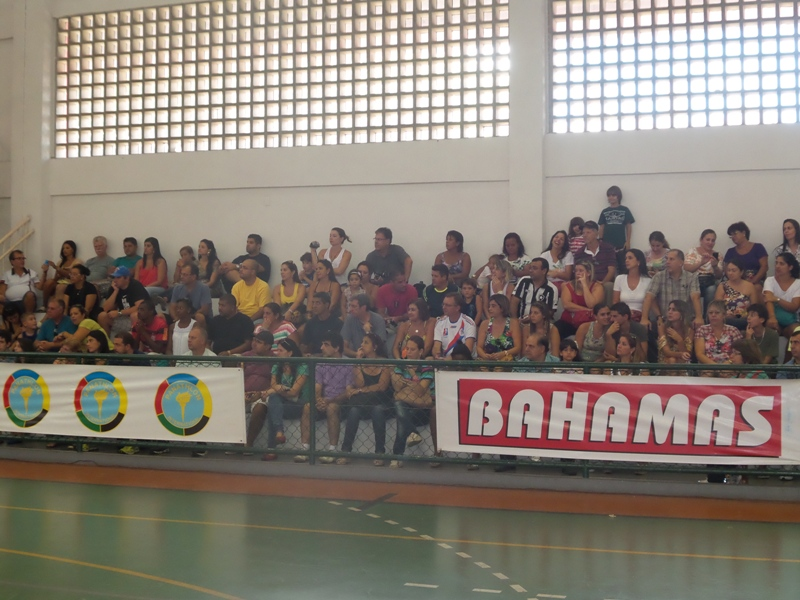 Presença do público no desfile de abertura da Copa Prefeitura Bahamas de Futsal sábado, 15, no ginásio do Colégio dos Jesuítas