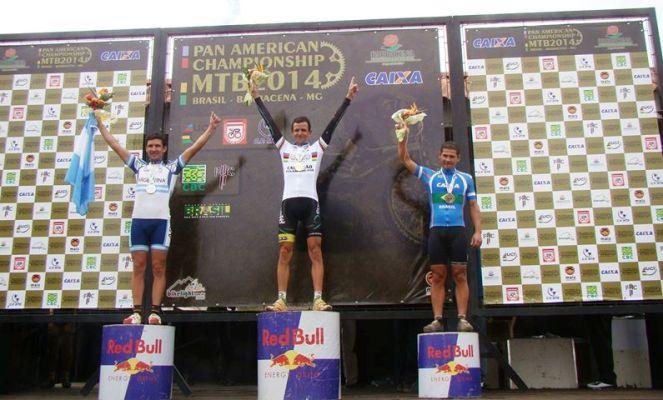 Robinho no topo do pódio da categoria master B1 do Pan-Americano de MTB 2014