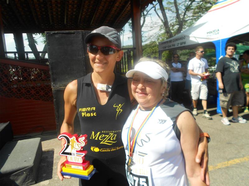 Viviany, com uma admiradora, após a Corrida Dois de Ouro, em 2013