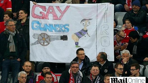 Faixa homofóbica exposta em partida do Bayern de Munique contra o Arsenal, por torcida bávara