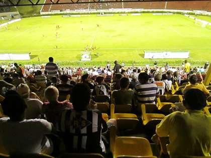 Arquibancada durante Tupi x Boa: treinador carijó quer estádio todo alvinegro diante do Guarani, domingo, no Estádio Mário Helênio