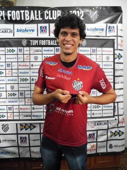 Feliz, Rodrigo volta a vestir a camisa centenária do Tupi