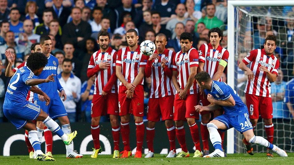 Barreira: jogadores do time espanhol se protegem na cobrança de falta da equipe inglesa