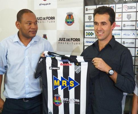 Condé recebe a  camisa do vice presidente do Conselho Gestor do Tupi, Cloves Santos