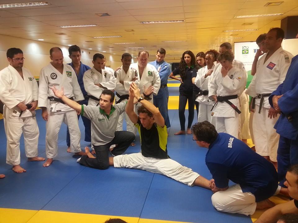 Flávio Canto, medalhista olímpico, participa de aula no judô
