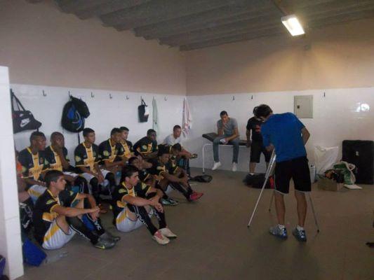 Equipe júnior do Uberabinha recebe orientações antes de partida pelo Campeonato Mineiro da categoria