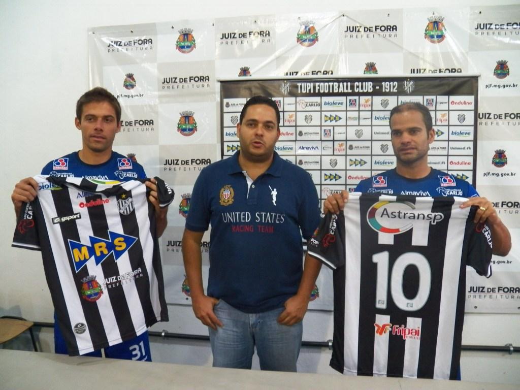 Marcelinho (esquerda) e Ewerton Maradona (direita) recebem a camisa do diretor executivo do Tupi, Alberto Simão