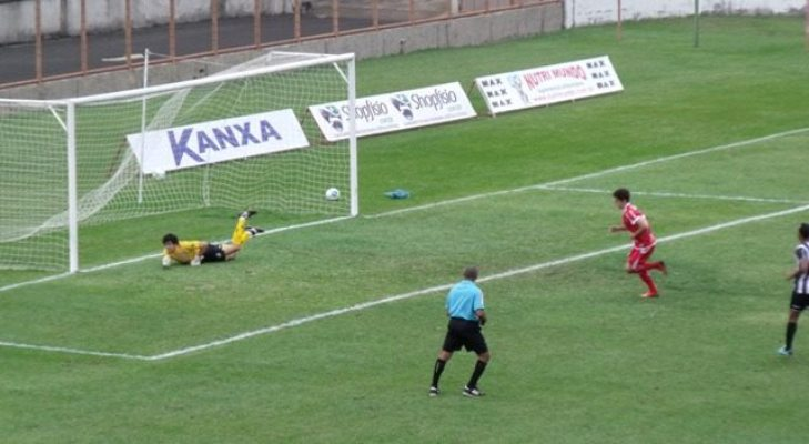 Em pênalti polêmico, Vitor Xavier abriu o placar para o time da casa