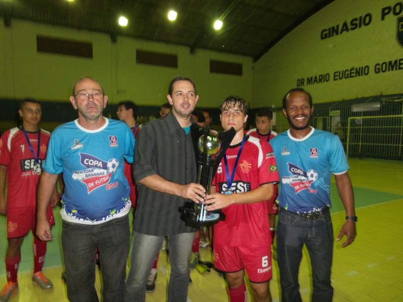 Troféu para Sesi JF, vice-campeão infanto-juvenil 2014 da Copa Prefeitura Bahamas de Futsal