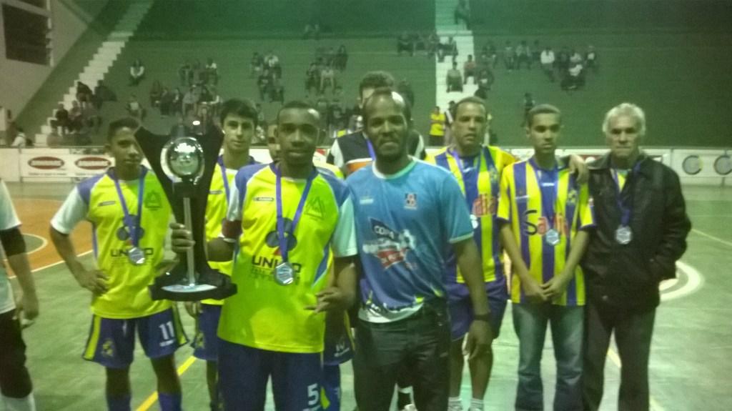 O jogador Felipe Fernandes, do Bom Jardim Jr, recebe o troféu de vice-campeão