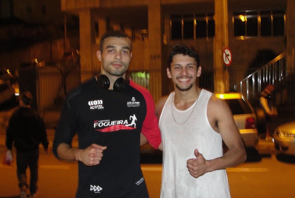 Bruno Gomes (esquerda) ao lado de um dos alunos do crossfit, Caio Barcellos, após completarem os 7km de prova