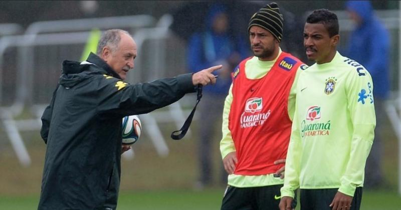Fred, de colete, treinou entre os reservas e Jô deve começar partida no sábado