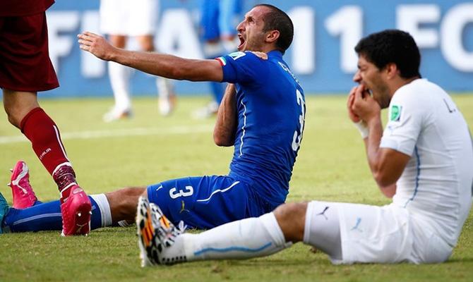 Suárez mordeu o ombro de Chielini na última partida das duas seleções na fase de grupos da Copa do Mundo