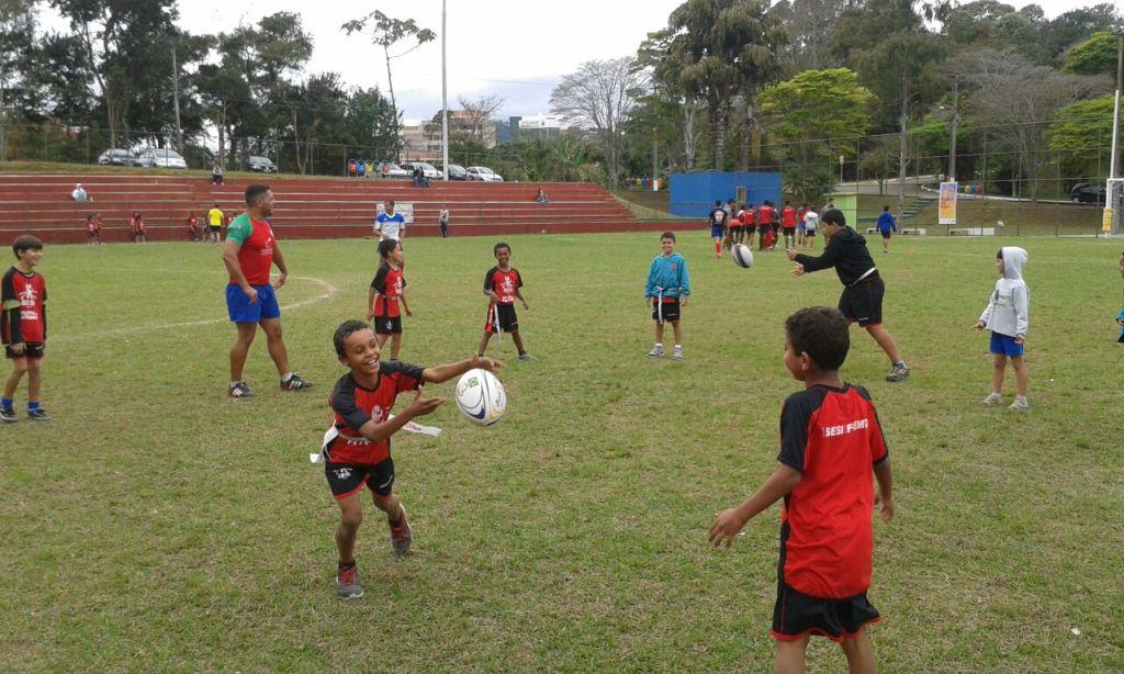 Crianças do Projeto Atleta do Futuro, do Sesi, estão empolgados com o rugby