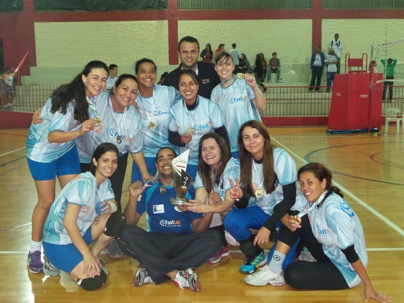 Persianas FastLux: equipe de vôlei feminino comemora título conquistado na raça, e com torcida animada