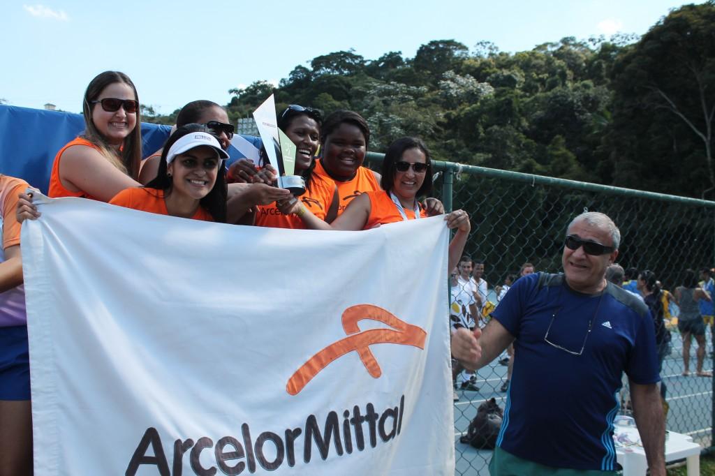 Atletas-trabalhadoras da Arcelor recebem premiação de campeãs do gerente dos clubes do Sesi-JF, José Antônio Bara Miguel