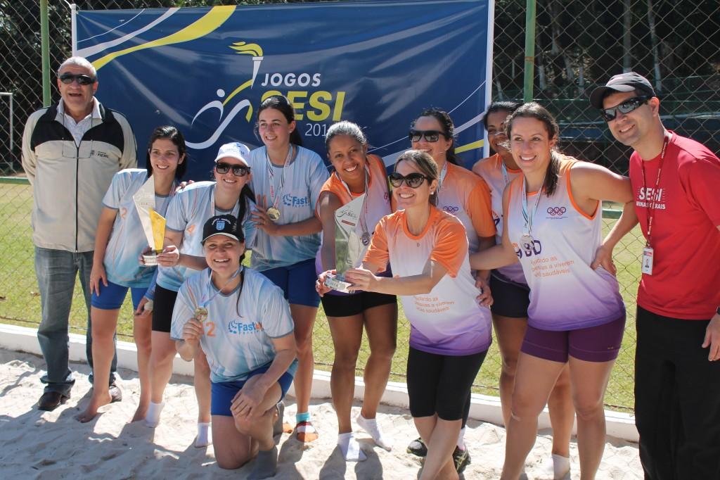Jogos Sesi Juiz de Fora: pódio do vôlei de areia feminino com as meninas de Fastlux e BD