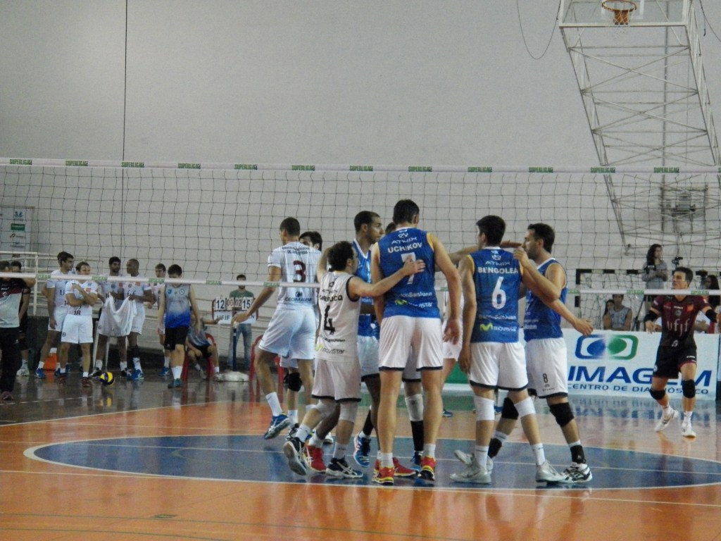 Argentinos, de azul, se aproveitaram da sequência de erros da Federa, principalmente nos momentos decisivos dos sets