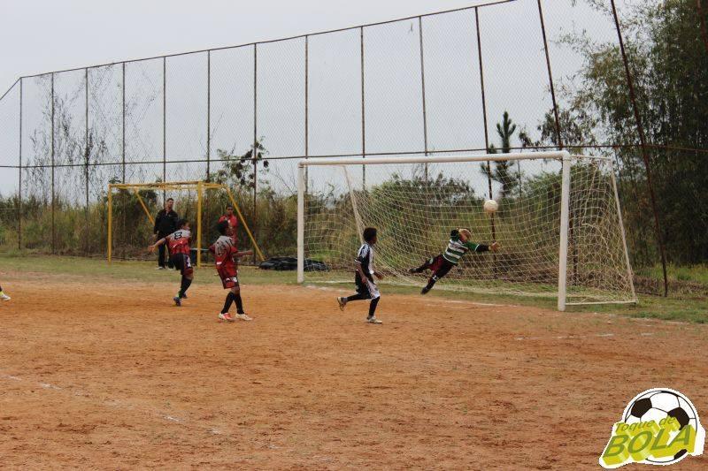 Com defesas como esta, o goleiro Cleiton Almeida, ajudou a garantir a vitória de Lima Duarte sobre Guaporé pela categoria Mirim