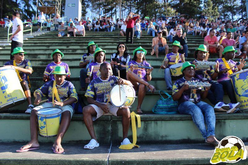 """Miriam Nader (ao centro com camisa do Tupi, responsável por trazer parte da bateria da Unidos do Ladeira para o Estádio). Em entrevista ao Toque de Bola : """"Não é a primeira vez que viemos, e como acreditamos que futebol e samba tem tudo a ver, viemos apoiar o Tupi""""."""