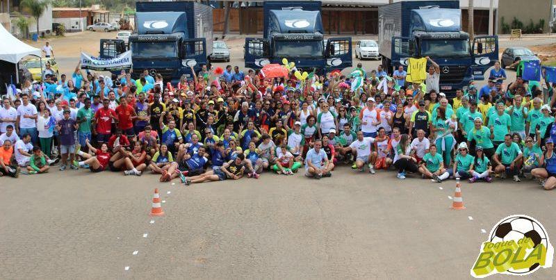 Depois do esforço feito no desafio, com resultado para entidades, integrantes das equipes se unem para a foto sugerida pelo Toque de Bola
