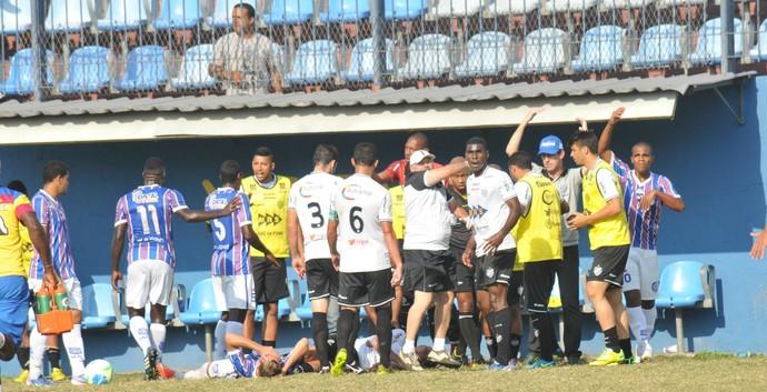 Jogadores pedem atendimento após susto com Marcelinho