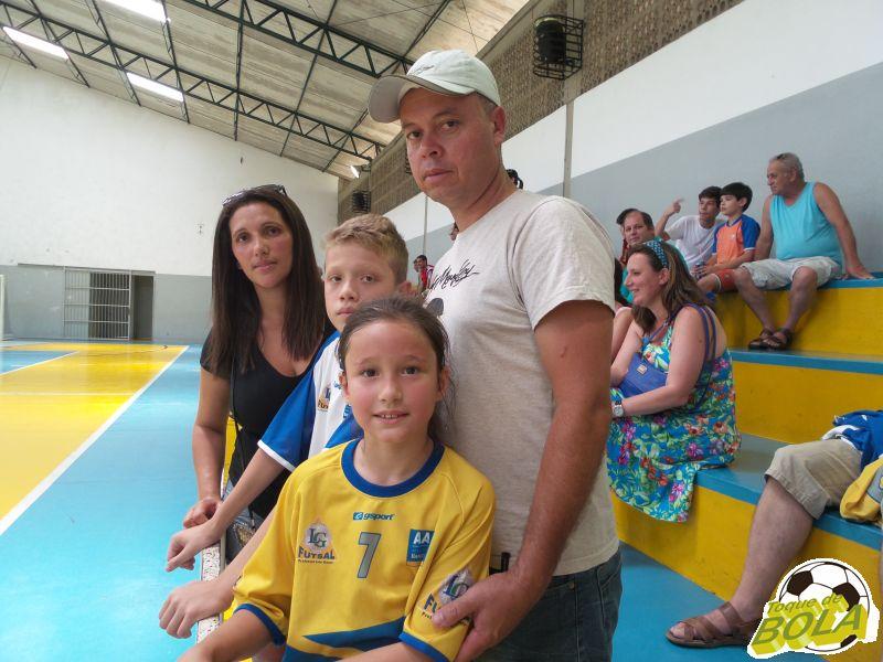 Os irmãos Alexsander, 11 anos, e Ana Karoline, 8, batem uma bola redondinha e enchem de orgulho os pais Alexandre e Lucimar