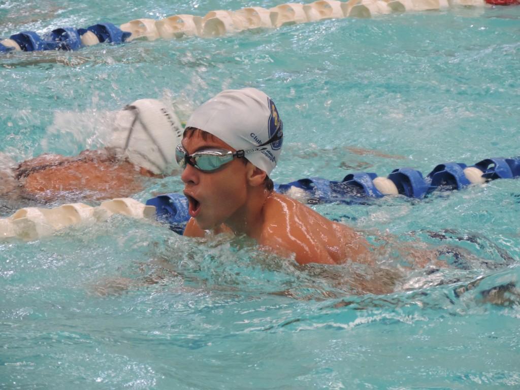 Atleta Gabriel em aquecimento para prova na Faefid