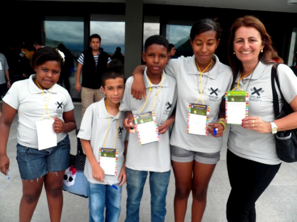 Simone (à direita) impulsiona a prática do xadrez na Escola Municipal Gabriel Gonçalves da Silva, com o projeto Xadrez sem grades